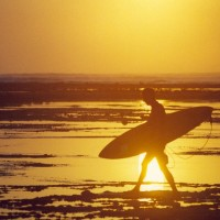 Silhouette_man-walking-on-beach-with-surfboard